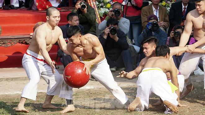 Mãn nhãn với trai làng tranh cướp nhau quả cầu nặng gần 20kg ở Hà Nội - Ảnh 7.