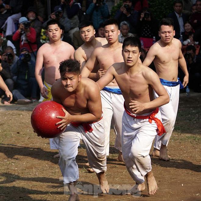 Mãn nhãn với trai làng tranh cướp nhau quả cầu nặng gần 20kg ở Hà Nội - Ảnh 8.