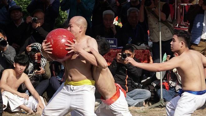 Mãn nhãn với trai làng tranh cướp nhau quả cầu nặng gần 20kg ở Hà Nội - Ảnh 9.