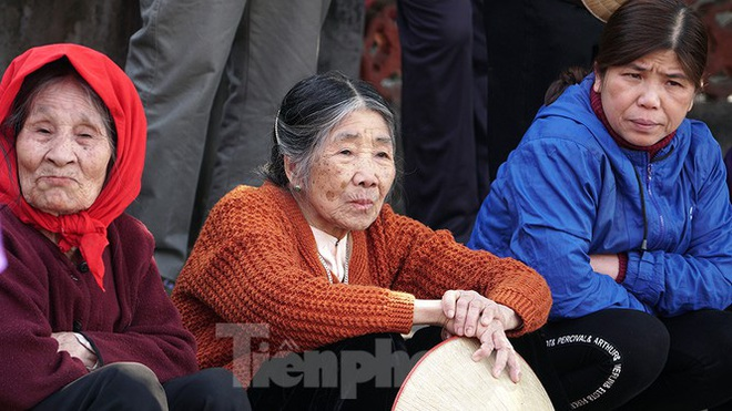 Mãn nhãn với trai làng tranh cướp nhau quả cầu nặng gần 20kg ở Hà Nội - Ảnh 10.
