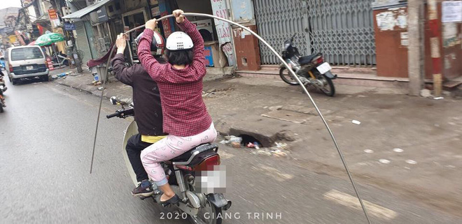 Đôi vợ chồng kì quặc và chi tiết trên chiếc xe máy khiến cả phố giật mình, sợ hãi - Ảnh 1.