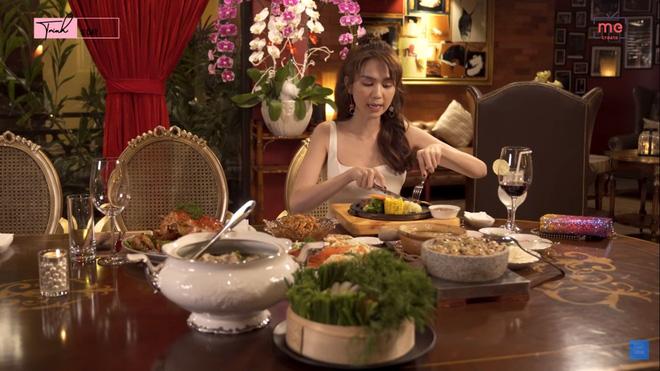 Ngọc Trinh gây sửng sốt khi một mình ăn bữa ăn gần 20 triệu, mỗi món chỉ gắp vài miếng - Ảnh 4.