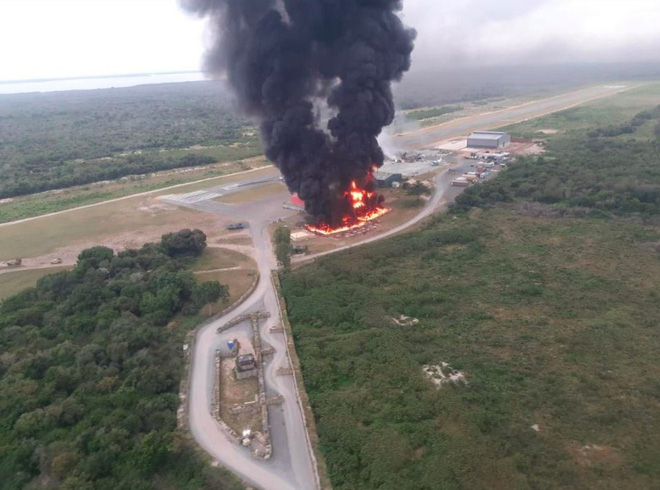 Căn cứ quân sự Mỹ ở Simba bị tấn công, máy bay và xe cộ rực cháy - Ảnh 2.