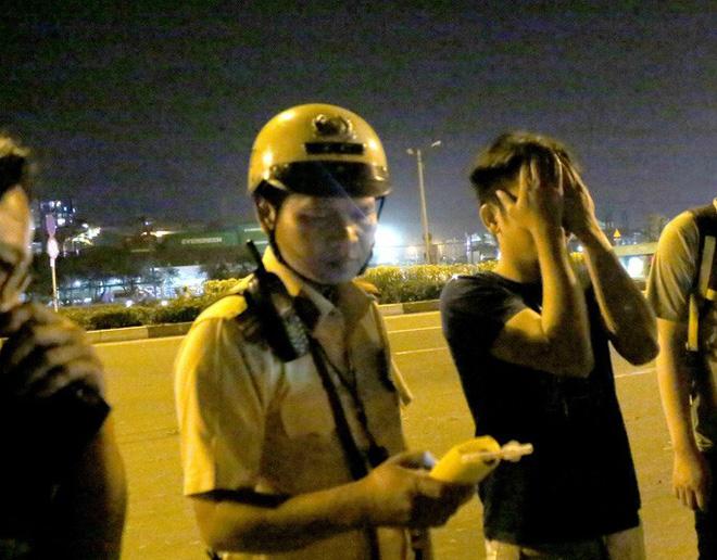 Gặp CSGT đội Rạch Chiếc, nhiều lái xe choáng, ôm mặt vì... 1 lon bia! - Ảnh 4.