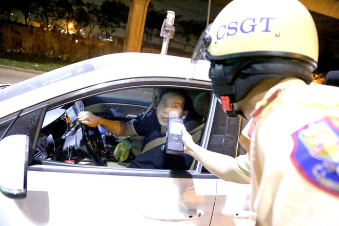 Gặp CSGT đội Rạch Chiếc, nhiều lái xe choáng, ôm mặt vì... 1 lon bia! - Ảnh 5.