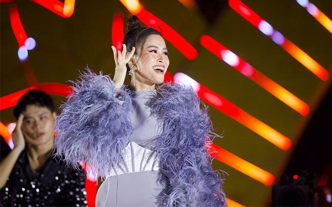 Đông Nhi nhảy cuồng nhiệt khi hát loạt hit đình đám