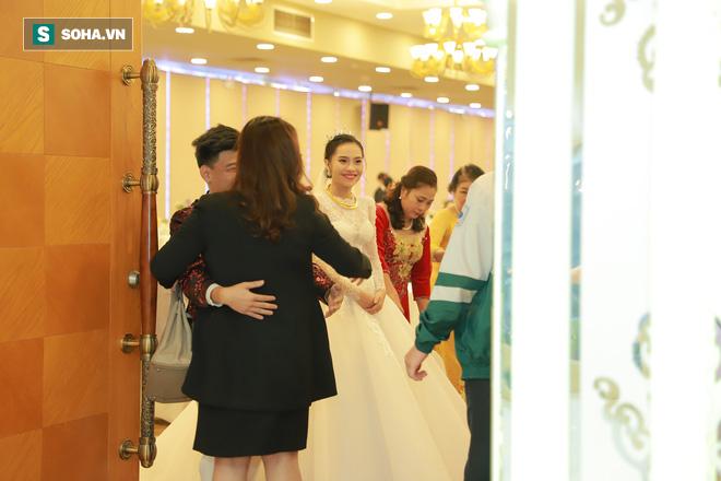 Ly kỳ như đám cưới Trung Ruồi và cô dâu xinh đẹp: Chú rể đẩy sớm giờ làm lễ, vội vã chạy sô - Ảnh 1.