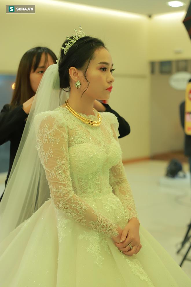 Ly kỳ như đám cưới Trung Ruồi và cô dâu xinh đẹp: Chú rể đẩy sớm giờ làm lễ, vội vã chạy sô - Ảnh 2.