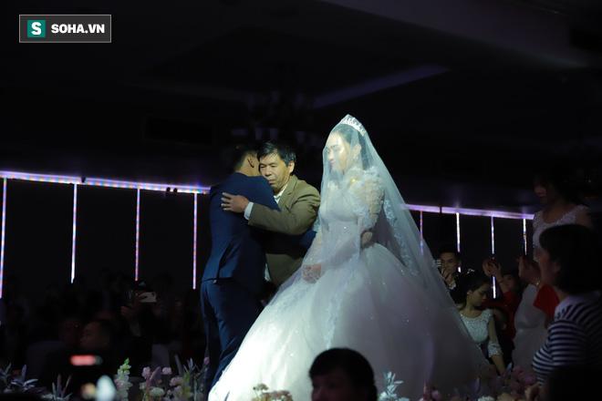 Ly kỳ như đám cưới Trung Ruồi và cô dâu xinh đẹp: Chú rể đẩy sớm giờ làm lễ, vội vã chạy sô - Ảnh 8.