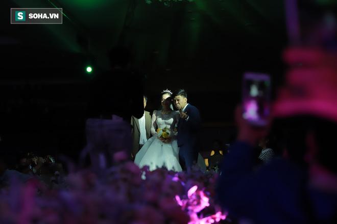 Ly kỳ như đám cưới Trung Ruồi và cô dâu xinh đẹp: Chú rể đẩy sớm giờ làm lễ, vội vã chạy sô - Ảnh 9.