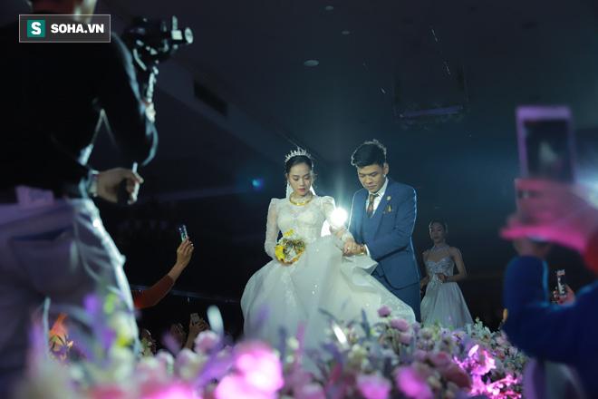 Ly kỳ như đám cưới Trung Ruồi và cô dâu xinh đẹp: Chú rể đẩy sớm giờ làm lễ, vội vã chạy sô - Ảnh 10.