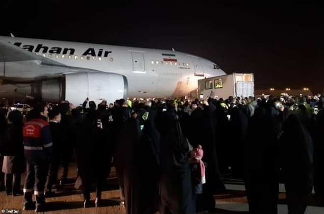Quan tài bìa giấy, hàng ghế riêng: Hàng triệu người Iran đau xót, khóc nghẹn khi Tướng Soleimani trở về nhà - Ảnh 5.