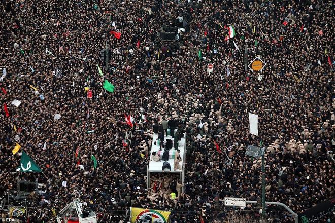 Quan tài bìa giấy, hàng ghế riêng: Hàng triệu người Iran đau xót, khóc nghẹn khi Tướng Soleimani trở về nhà - Ảnh 10.