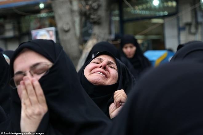 Quan tài bìa giấy, hàng ghế riêng: Hàng triệu người Iran đau xót, khóc nghẹn khi Tướng Soleimani trở về nhà - Ảnh 13.