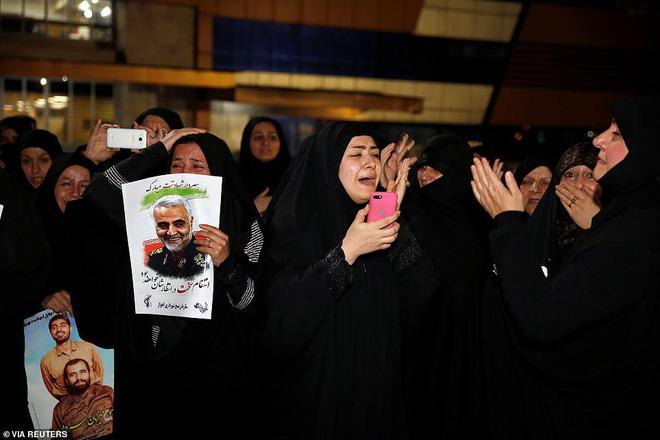 Quan tài bìa giấy, hàng ghế riêng: Hàng triệu người Iran đau xót, khóc nghẹn khi Tướng Soleimani trở về nhà - Ảnh 8.