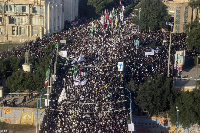 Quan tài bìa giấy, hàng ghế riêng: Hàng triệu người Iran đau xót, khóc nghẹn khi Tướng Soleimani trở về nhà - Ảnh 9.