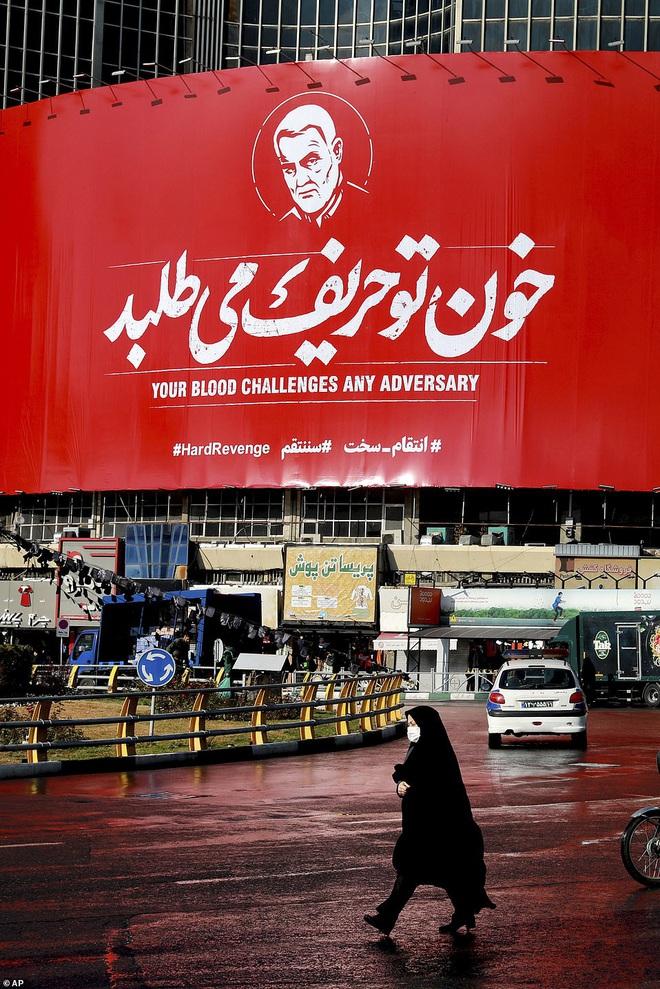 Quan tài bìa giấy, hàng ghế riêng: Hàng triệu người Iran đau xót, khóc nghẹn khi Tướng Soleimani trở về nhà - Ảnh 11.
