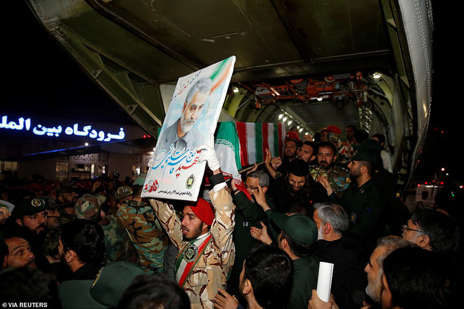 Quan tài bìa giấy, hàng ghế riêng: Hàng triệu người Iran đau xót, khóc nghẹn khi Tướng Soleimani trở về nhà - Ảnh 6.