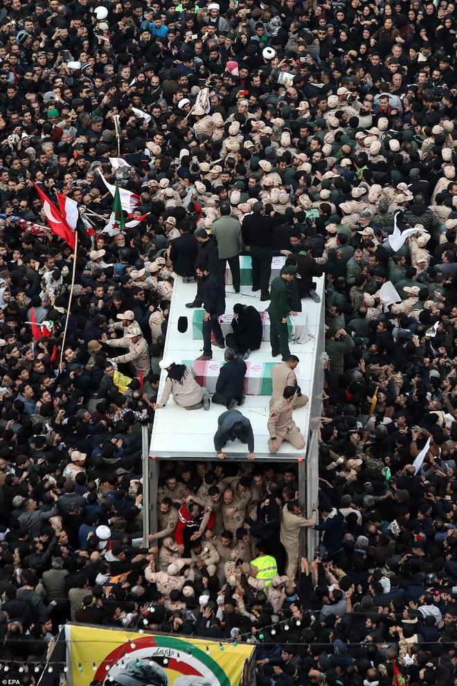 Quan tài bìa giấy, hàng ghế riêng: Hàng triệu người Iran đau xót, khóc nghẹn khi Tướng Soleimani trở về nhà - Ảnh 12.