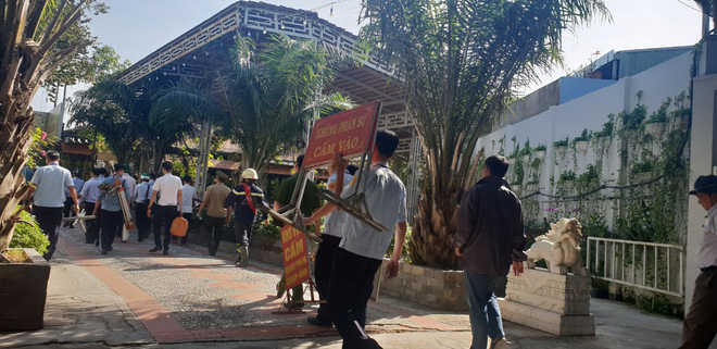 [Ảnh] Hàng trăm người cưỡng chế, tháo dỡ 2.000m2 công trình sai phạm tại Gia Trang quán – Tràm Chim Resort ở Sài Gòn - Ảnh 1.