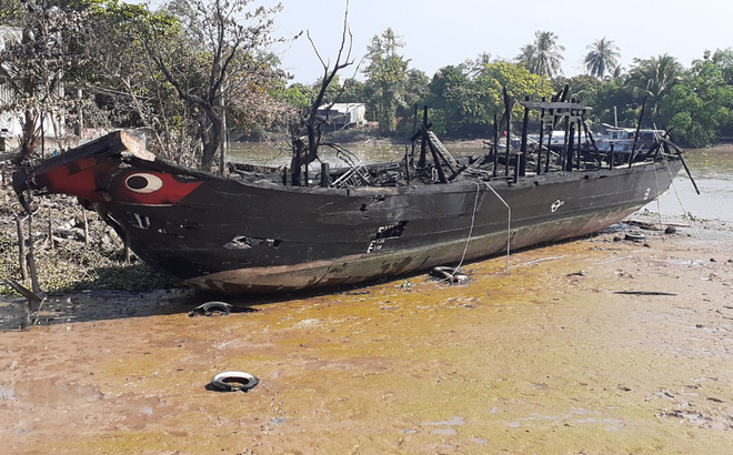 Sau tiếng nổ lớn, tàu du lịch tiền tỷ đang neo đậu đón khách cháy rụi