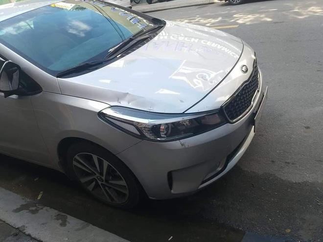 Nhân viên điều hành hãng taxi Tiên Sa đập phá xe của tài xế Grab - Ảnh 1.