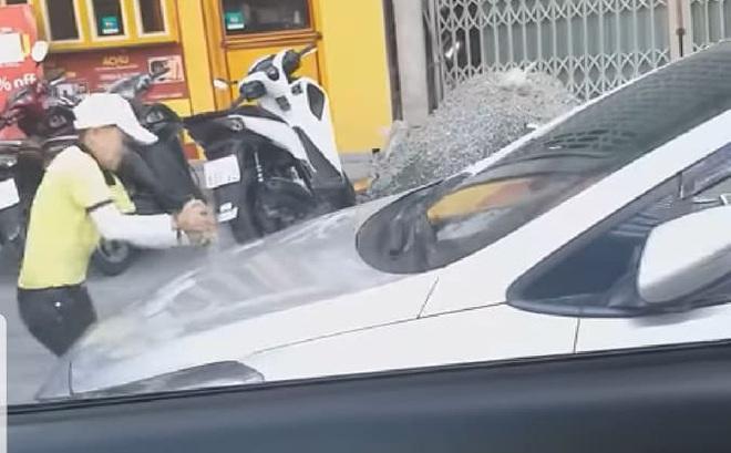Nữ nhân viên điều hành hãng taxi Tiên Sa đập phá xe của tài xế Grab