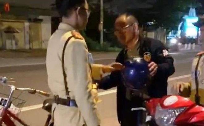Uống rượu bia rồi đạp xe trên quốc lộ, người đàn ông Trung Quốc bị phạt tiền