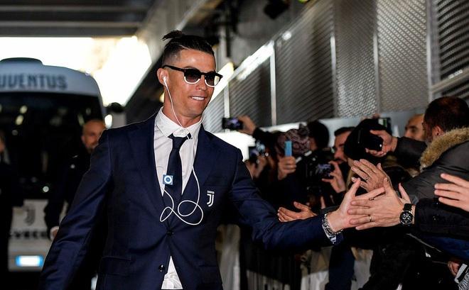 """Kiếm hàng trăm tỷ mỗi năm nhưng những siêu sao bóng đá này vẫn dùng smartphone siêu cổ, máy nghe nhạc thời """"nhà Tống"""""""