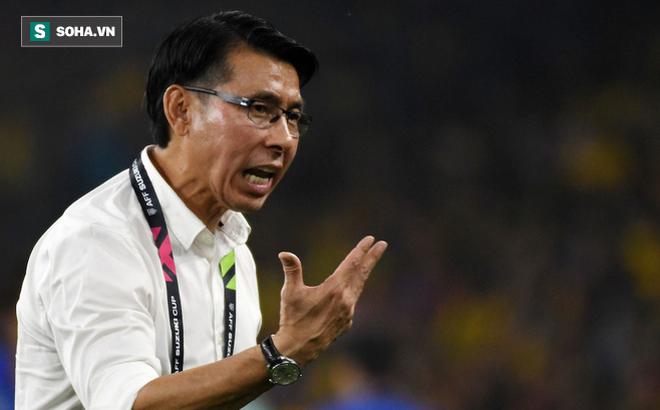 Hành động khó giải thích sau khi để thua thầy Park, HLV Malaysia nhận cảnh cáo từ FIFA