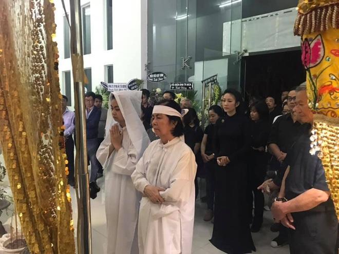 Vợ nghệ sĩ Nguyễn Chánh Tín liên tục ngã quỵ khi đưa tiễn chồng về nơi vĩnh hằng - Ảnh 4.