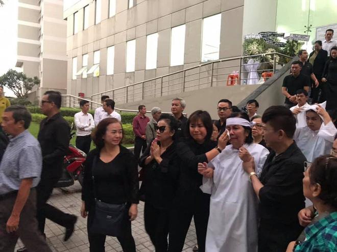 Vợ nghệ sĩ Nguyễn Chánh Tín liên tục ngã quỵ khi đưa tiễn chồng về nơi vĩnh hằng - Ảnh 15.