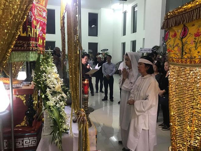 Vợ nghệ sĩ Nguyễn Chánh Tín liên tục ngã quỵ khi đưa tiễn chồng về nơi vĩnh hằng - Ảnh 2.