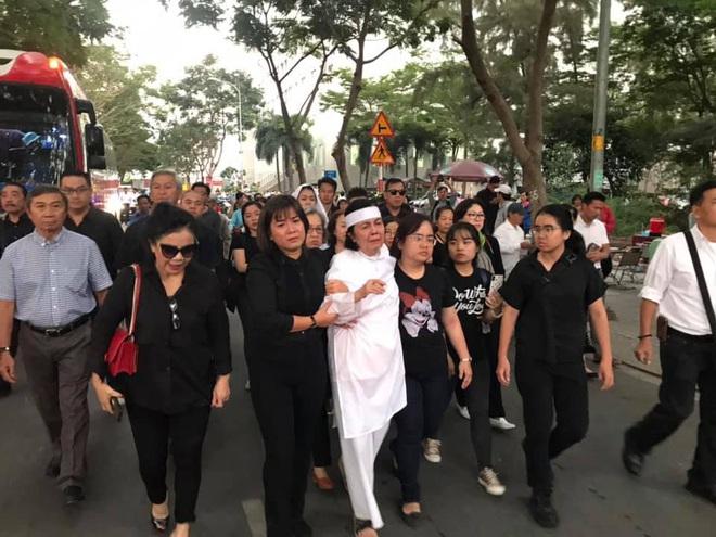 Vợ nghệ sĩ Nguyễn Chánh Tín liên tục ngã quỵ khi đưa tiễn chồng về nơi vĩnh hằng - Ảnh 13.