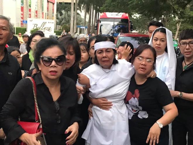 Vợ nghệ sĩ Nguyễn Chánh Tín liên tục ngã quỵ khi đưa tiễn chồng về nơi vĩnh hằng - Ảnh 14.
