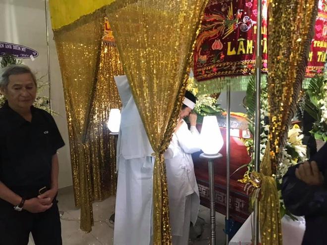 Vợ nghệ sĩ Nguyễn Chánh Tín liên tục ngã quỵ khi đưa tiễn chồng về nơi vĩnh hằng - Ảnh 9.