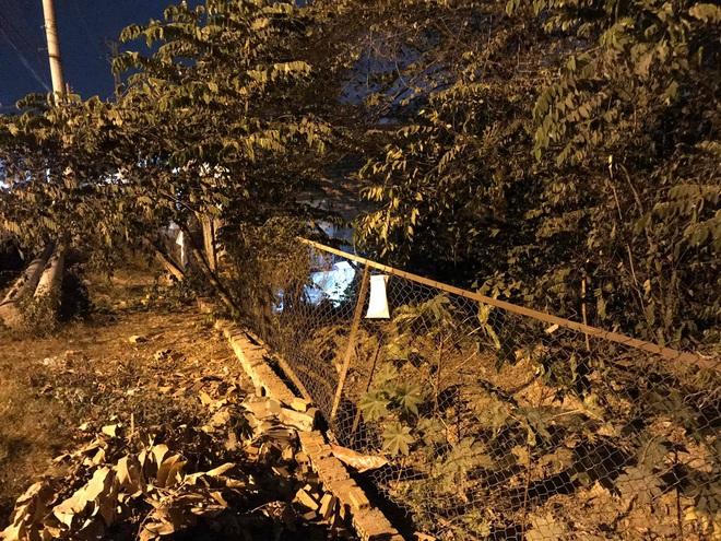 Xe máy qua hàng rào lưới B40 trong đêm, người phụ nữ chết thảm - Ảnh 1.
