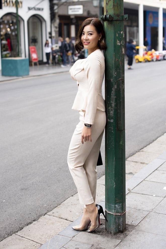 Thanh Hương mặc đơn giản vẫn nổi bật trên đường phố - Ảnh 6.