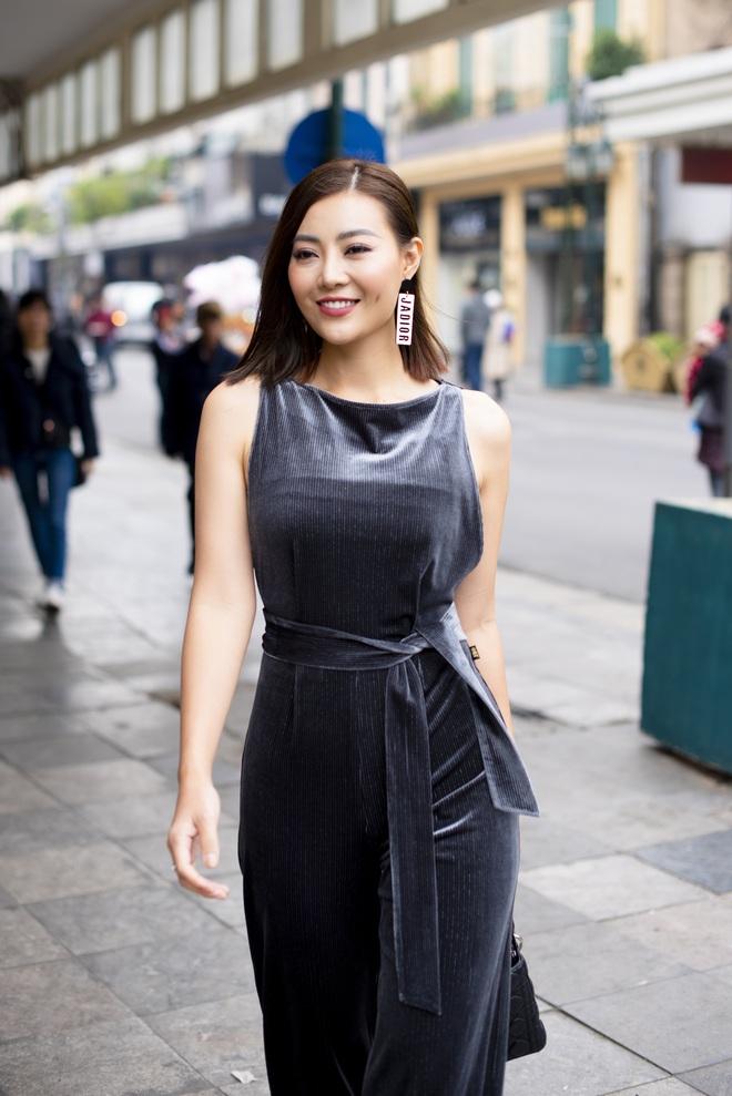 Thanh Hương mặc đơn giản vẫn nổi bật trên đường phố - Ảnh 3.