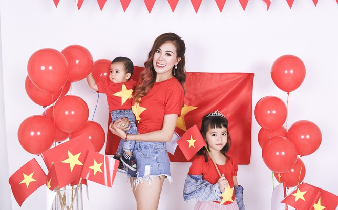 Mẹ con Mai Thỏ cổ vũ đội tuyển U23 Việt Nam