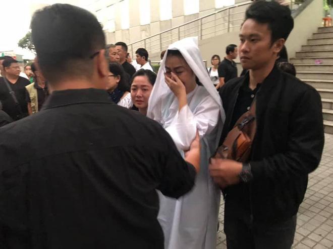 Vợ nghệ sĩ Nguyễn Chánh Tín liên tục ngã quỵ khi đưa tiễn chồng về nơi vĩnh hằng - Ảnh 12.