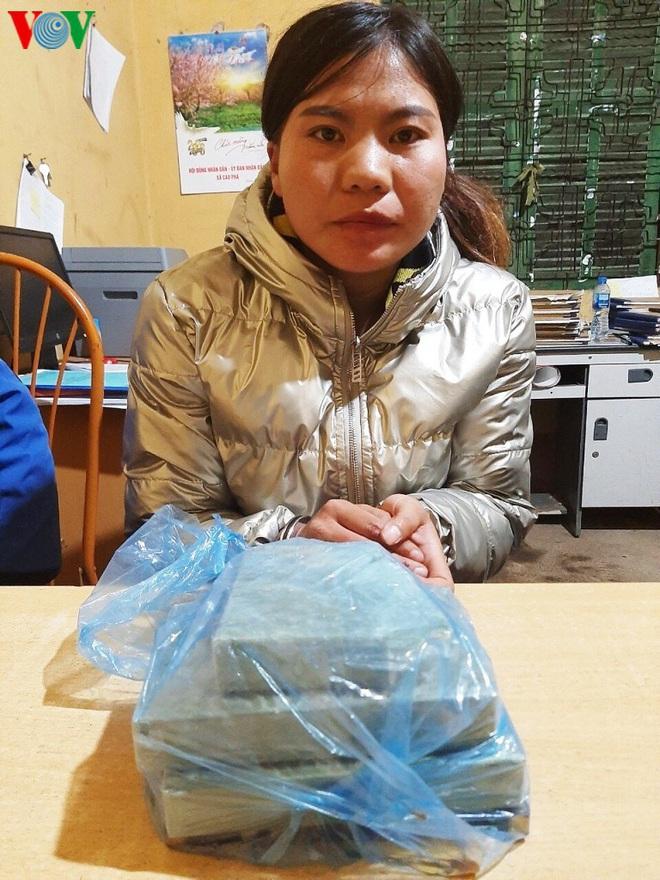 Bắt đối tượng phụ nữ người Mông mua bán, vận chuyển 2,5 bánh heroin - Ảnh 1.