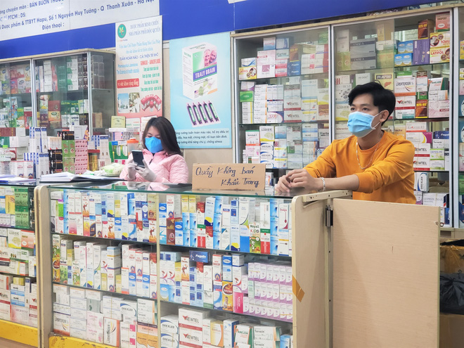 Chợ thuốc lớn nhất Hà Nội đặt biển không bán khẩu trang, miễn hỏi - Ảnh 4.