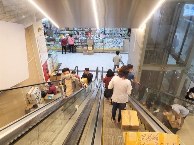 Chợ thuốc lớn nhất Hà Nội đặt biển không bán khẩu trang, miễn hỏi - Ảnh 9.