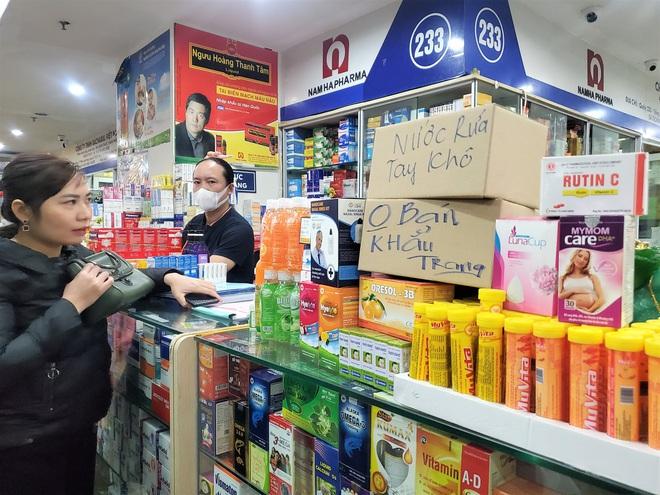 Chợ thuốc lớn nhất Hà Nội đặt biển không bán khẩu trang, miễn hỏi - Ảnh 7.