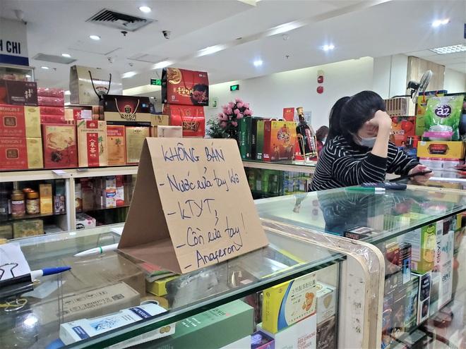 Chợ thuốc lớn nhất Hà Nội đặt biển không bán khẩu trang, miễn hỏi - Ảnh 6.