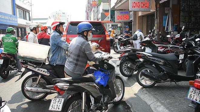 VIDEO: Trước đại dịch virus corona, người dân TP.HCM đi 5 - 7 cửa hàng mới mua được 10 cái khẩu trang - Ảnh 2.