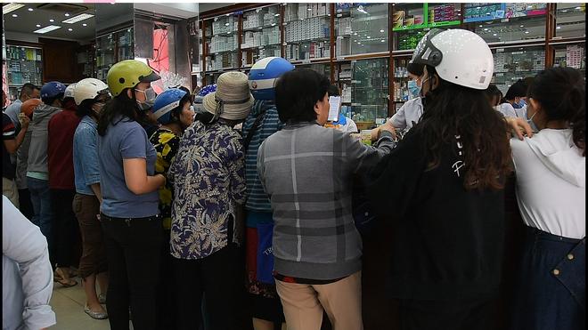 VIDEO: Trước đại dịch virus corona, người dân TP.HCM đi 5 - 7 cửa hàng mới mua được 10 cái khẩu trang - Ảnh 3.