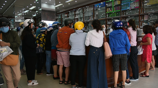 VIDEO: Trước đại dịch virus corona, người dân TP.HCM đi 5 - 7 cửa hàng mới mua được 10 cái khẩu trang - Ảnh 7.