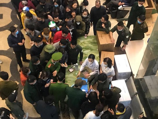 Hàng trăm người dân xếp hàng mua khẩu trang phòng dịch Corona ở chợ thuốc lớn nhất miền Bắc - Ảnh 1.